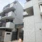 真っ白なタイル貼りが特徴の清潔感ある5階建てマンションです 周辺は戸建ての住宅も多く閑静な立地です 敷地周りに駐車スペースがございます 駐車場 月額:11000円
