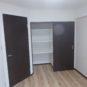内装 洋室約5.6畳 可動棚式の収納になってます 高さのある箱などもしまえて便利な収納です 向かって右側はクローゼットになってます  奥行きのある収納 大き目のコートをいれてもまだ余裕がありそうです
