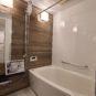 風呂 浴室乾燥機付き 手すりやまたぎやすい浴槽に木目調のアクセントパネルで安心してくつろげるバスルームに 保温浴槽は帰りの遅い方にも温かいお風呂が入れます 追炊きの回数が減りお財布にも優しいですね