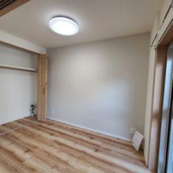 洋室 引き戸のお部屋でデッドスペースがうまれません。上吊りされている引き戸ですので下階への音が軽減 またレールが無いのでお掃除がとてもしやすいです。(内装)