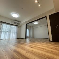 このお部屋自慢の隣り洋室を含め21帖の大空間♪ 普段は扉を閉めて別空間として活用し、お友達を呼んでのホームパーティーなどの時には、開けて広々使う等、使い勝手がとても良いリビングです♪(居間)